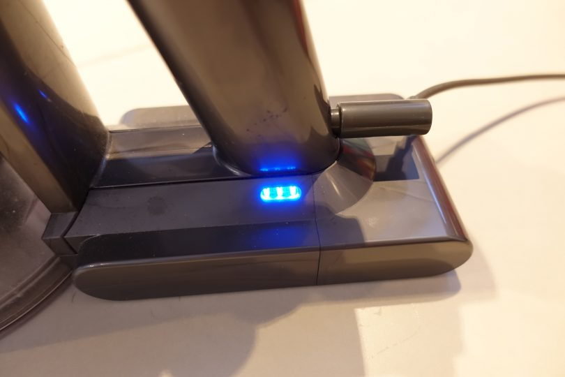 Dyson v6 flashing blue light when chargin